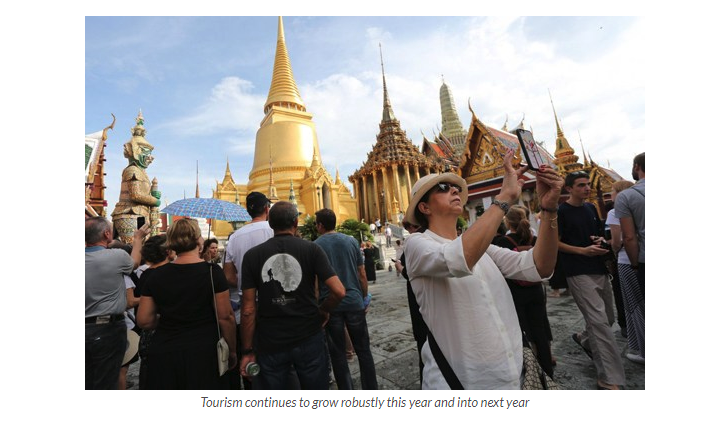 Thailands's temple with different tourists taking pictures